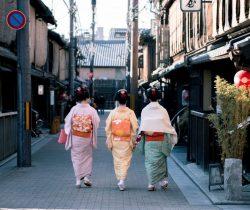 japonsko-of-women-wearing-kimono-1876568-903x1024